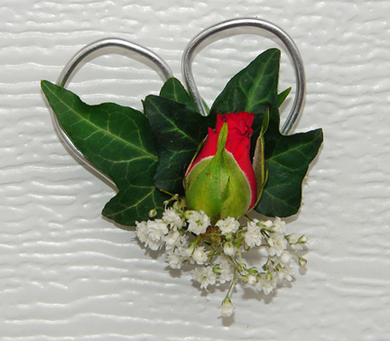 Small rose bud with wire heart