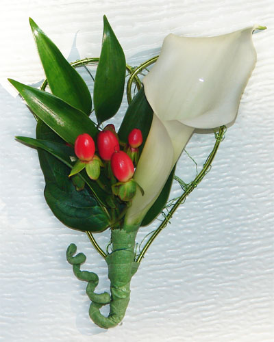 Calla lily, red berries and heart
